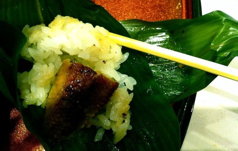 Копченый угорь с рисом в банановых листьях