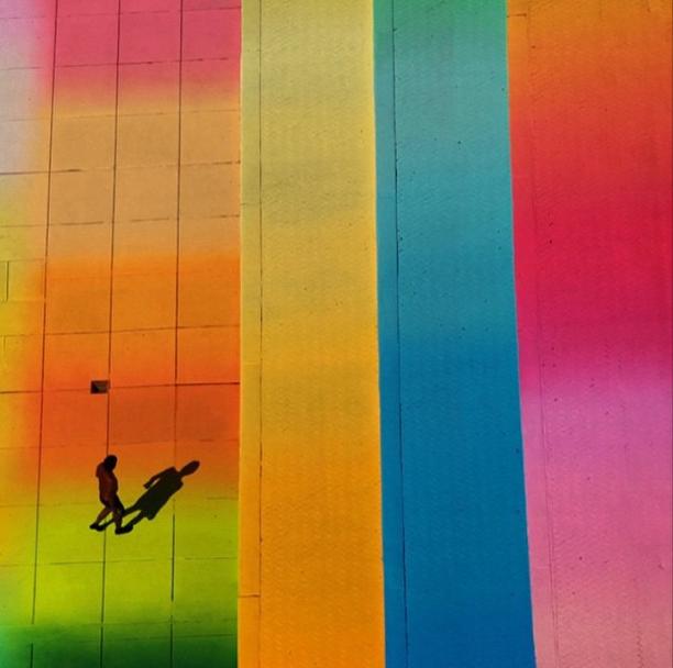 расноцветный бассейн в Нью-Йорке
