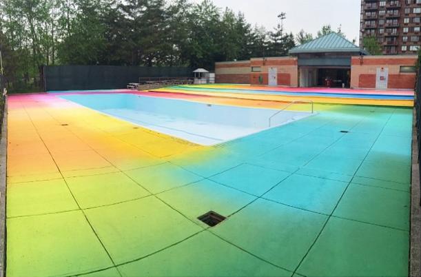 разноцветный бассейн в Нью-Йорке