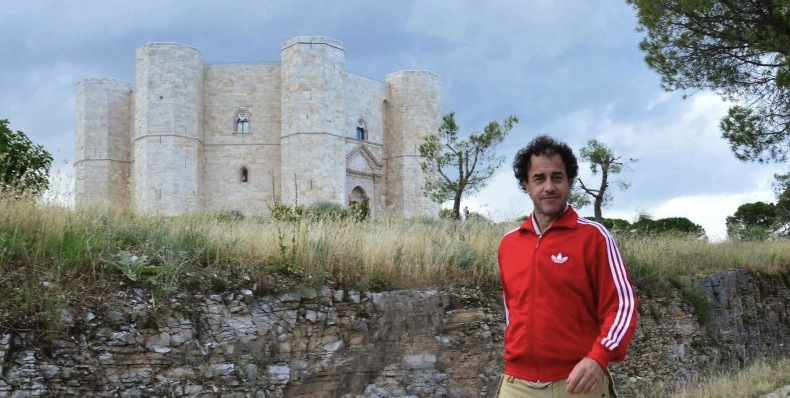 Маттео Гарроне на фоне замка Кастель-дель-Монте (Castel del Monte)
