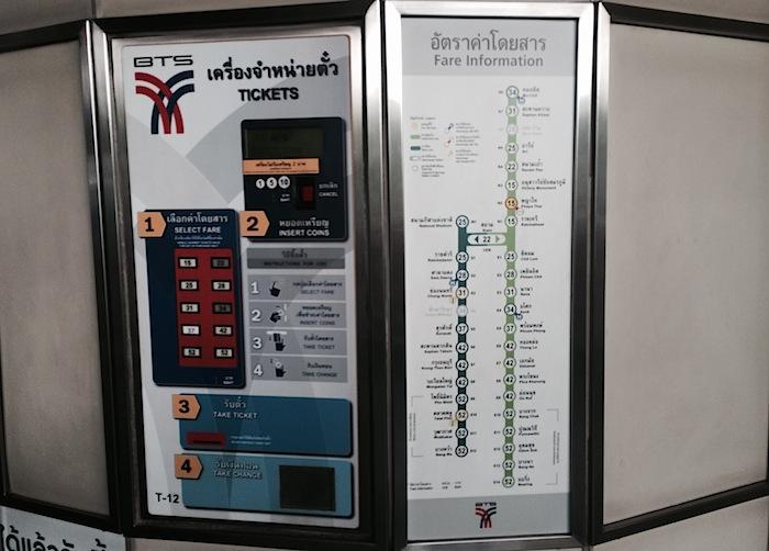 схема надземного местро Бангкока с ценами на баилеты и автомат по продаже билетов