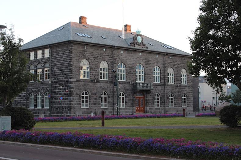 здание исландского парламента
