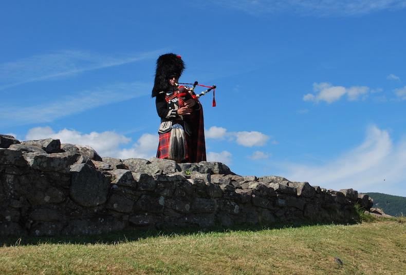 ЗАМОК УРКУХАРТ (CASTLE URQUHART) Шотландия Scotland, волынщик