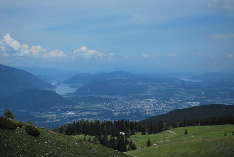 вид на долину озер с вершины австрийских Альп