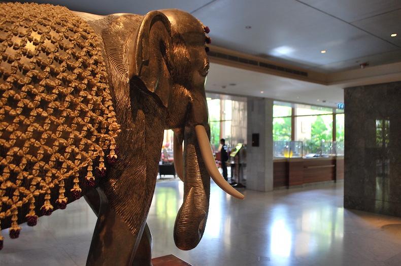 статуэтка слона - символ Сиама в холле отеля Mandarin Oriental