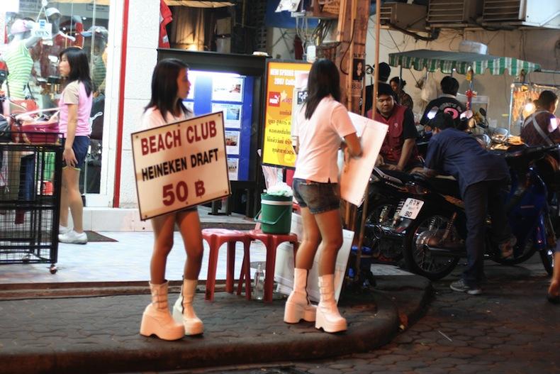 сотрудницы бара на улице Патайи