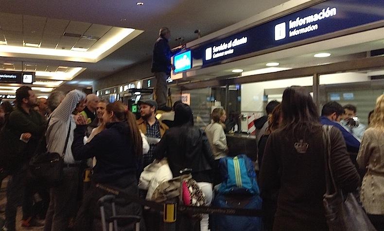 очередь в офис Aerolineas Argentinas в аэропорту Буэйнос-Айреса