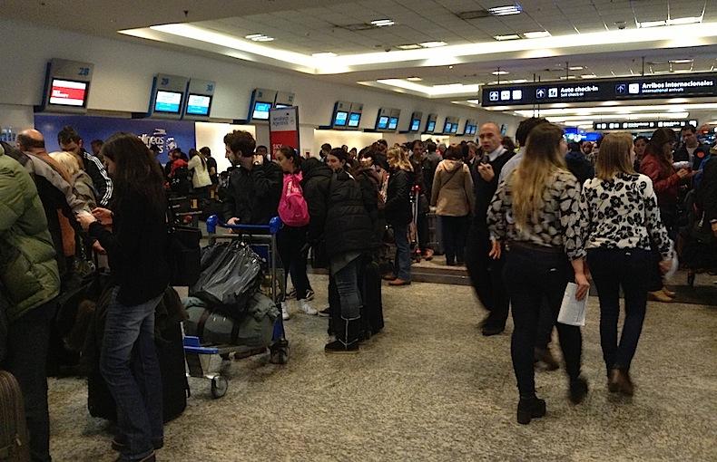 толпа в аэропорту Буэйнос-Айреса
