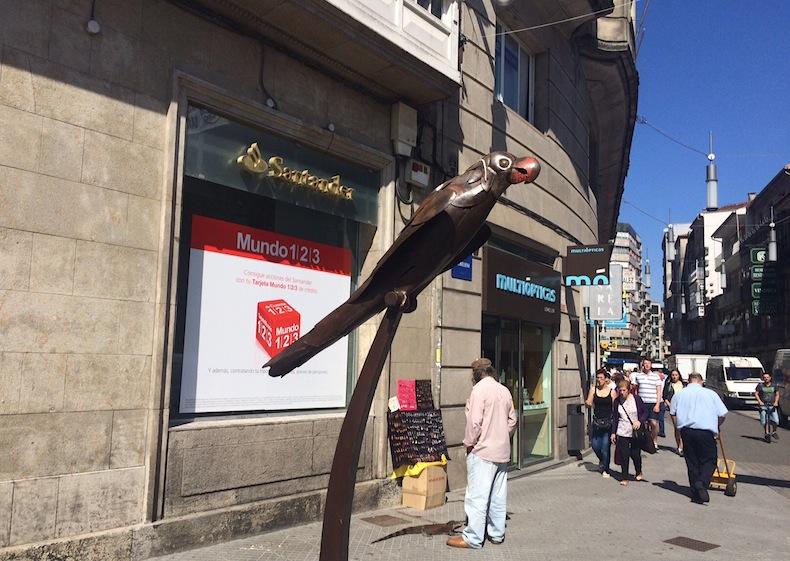 памятник попугаю на улице Понтеведра, Испания, Галисия