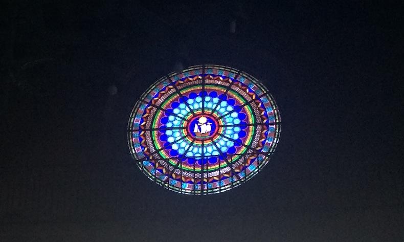 Испания, витраж с изображением коробля в церкви Байона, Галисия