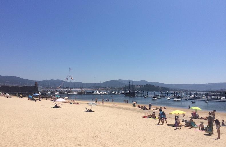 городской пляж города Байона (Галисия, Испания)
