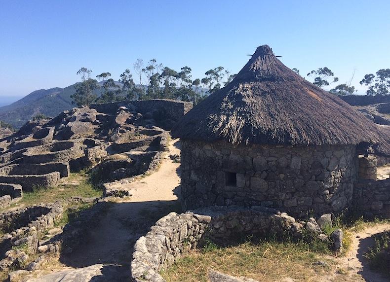 деревня кельтов вершины холма Санта Текла (Santa Tecla), Галисия, Испания
