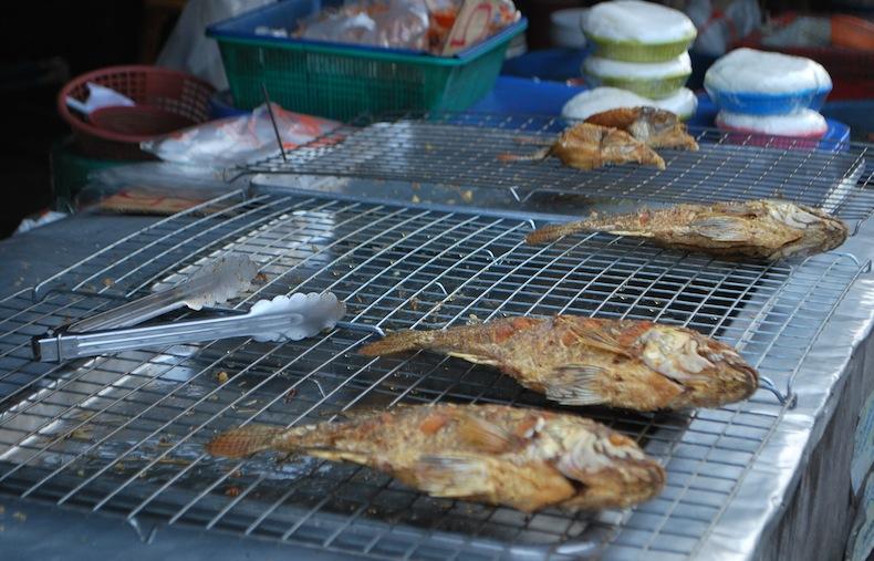 рыба на рынке Бангкока