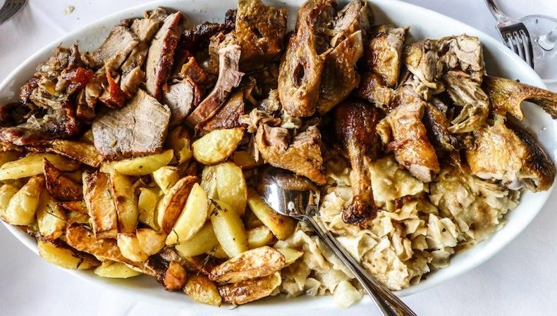 Запеченные утка и телятина с картошкой с розмарином
