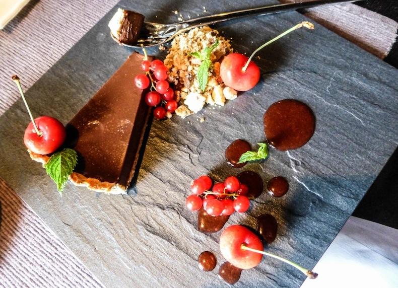 шоколадный пирог с крамблом и ягодами