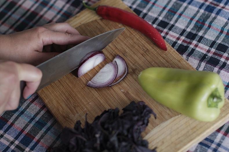 панцанелла, нарезаем лук