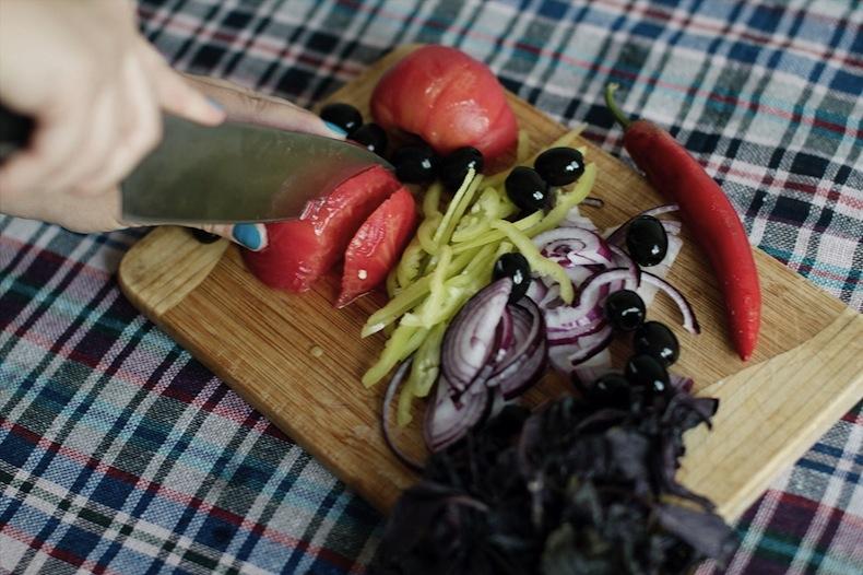 панцанелла, нарезаем помидоры