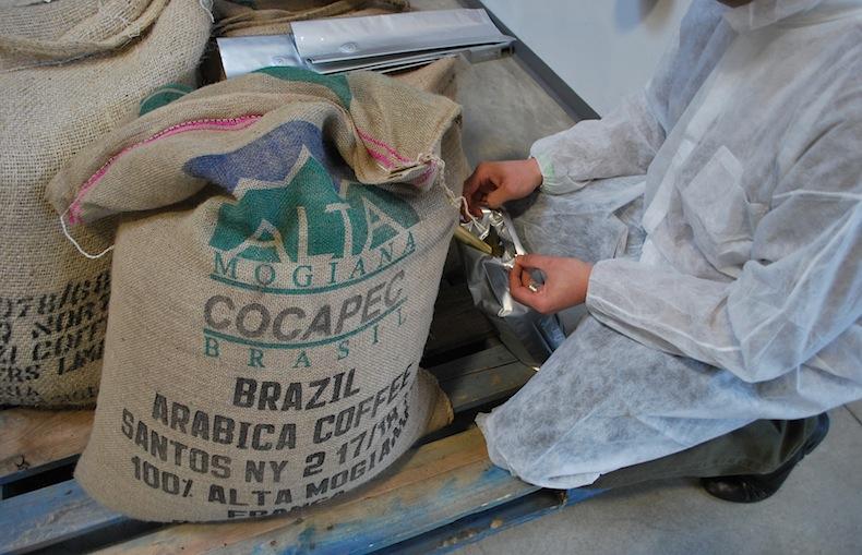 мешки с бразильским кофе на производстве  Caffè Diemme