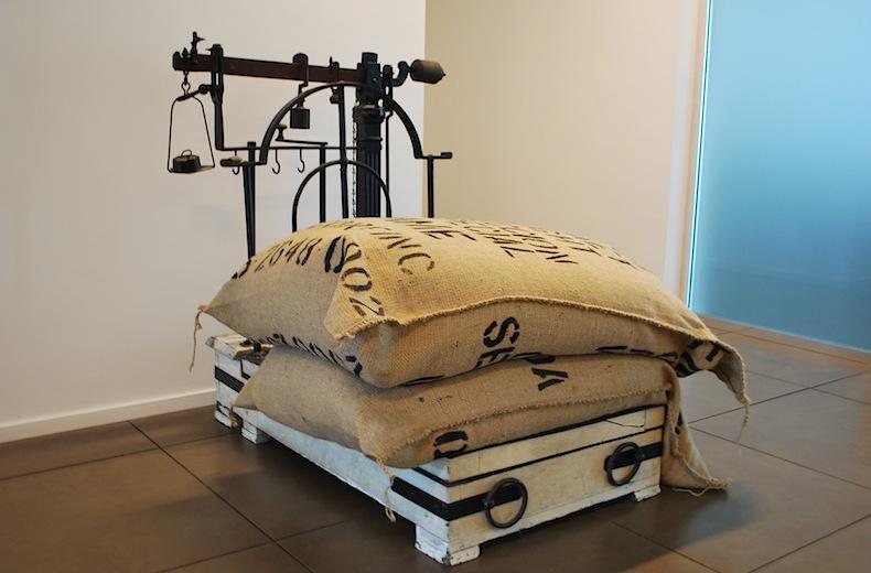 старинные весы для кофе в офисе Caffè Diemme