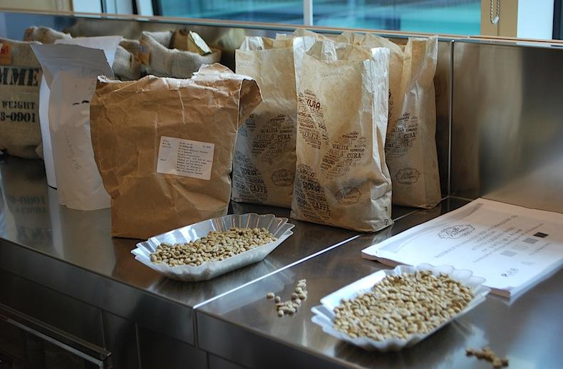 образцы кофе в лаборатории  Caffè Diemme