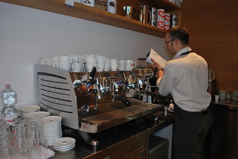 приготовление кофе в Caffè Diemme