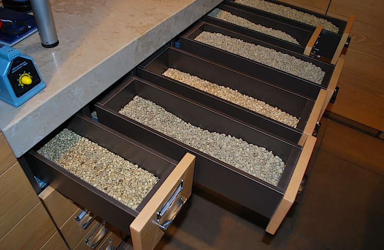 образцы необжаренного кофе в  лаборатории Caffè Diemme