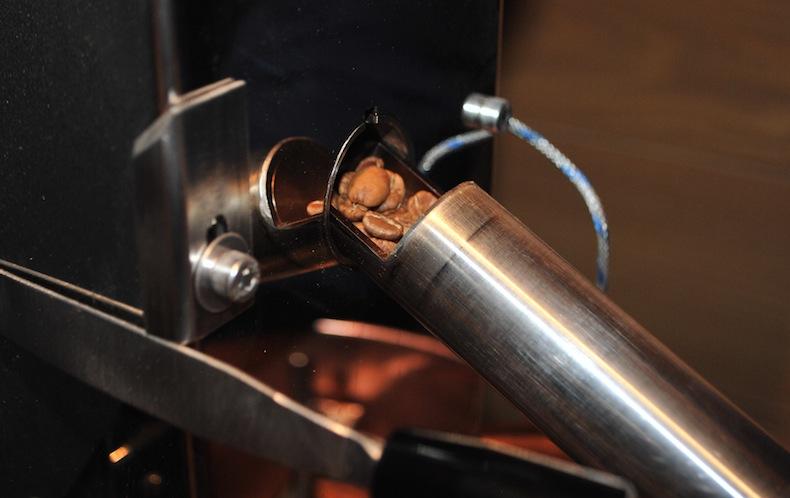 проверка степени обжарки кофейных зерен при создании купажа