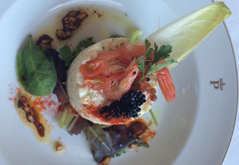 морской черт в виде пюре с икрой, креветками и листьями базилика