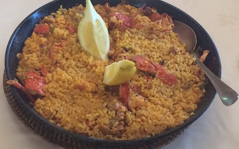 лобстер, приготовленный с рисом и шафраном