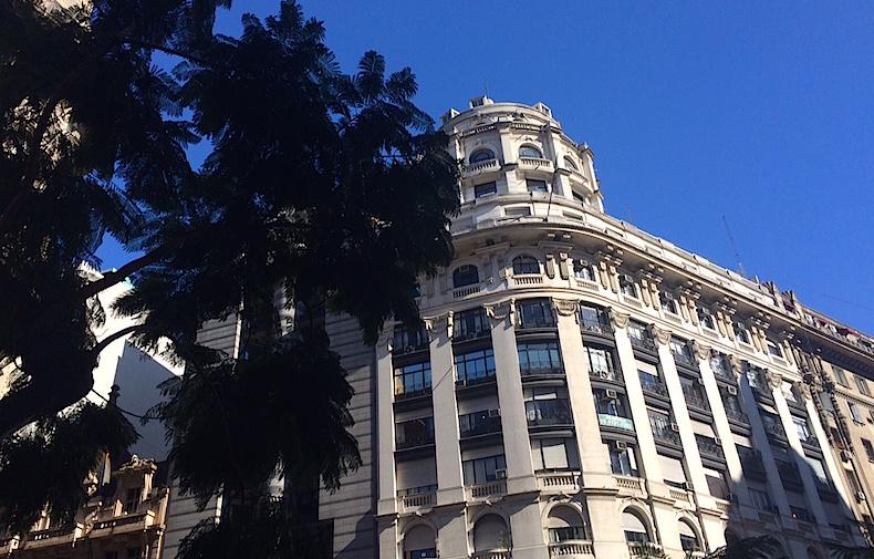 дома в колониальном стиле в центре Буэйнос-Айреса