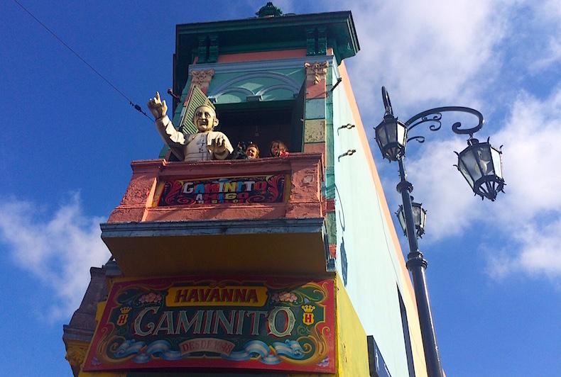 Фигура Папы Франциска на балконе в районе Ла Бока, Буэйнос-Айрес