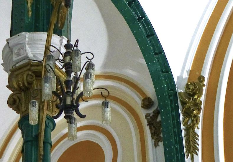 деталь интерьера в здании почты Хошимина, светильник