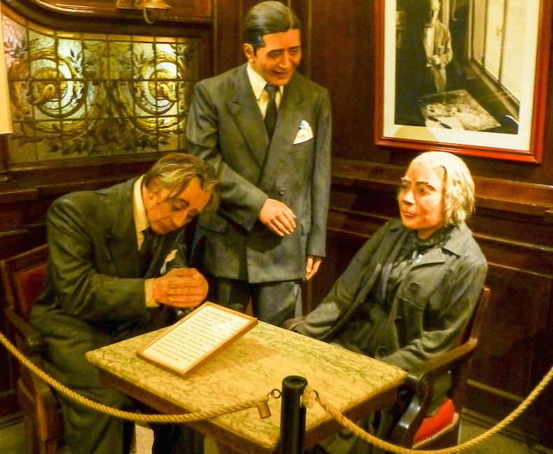 фигуры литераторов в кафе Tortoni