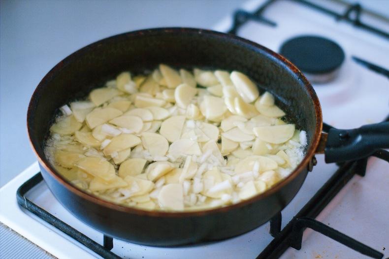готовим Tortilla espanola, оставляем картофель и лук томиться