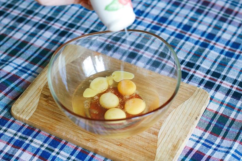 готовим Tortilla espanola, смешиваем яйца с солью и перцем
