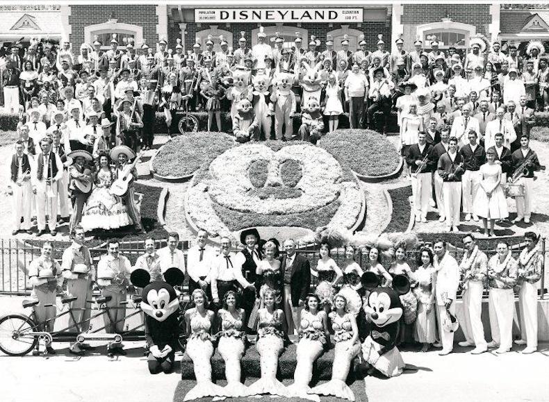 групповая фото во время второго удачного открытия Диснейленда 17 июня 1955 года