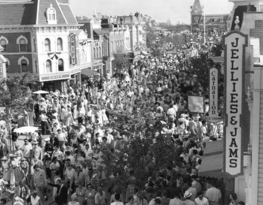 толпа в Диснейленде 18 июня 1955 года