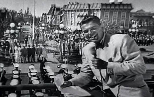 молодой Рональд Рейган уже актер и начинающий политик, но еще не президент ведет репортаж с открытия Диснейленда