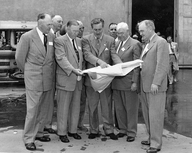 Уолт Дисней с коллегами обсуждает план строительства парка