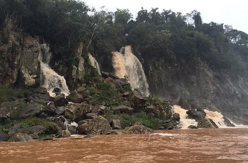 Аргентина, красная река Игуацу, водопады