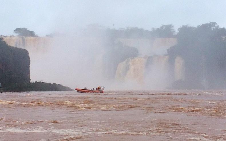 лодки заходят под водопады Игуацу, Аргентина