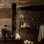 Airbnb разыгрывает ночь на Хэллоуин в катакомбах Парижа