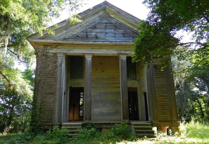 На первый взгляд, пресвитерианская церковь Adams Grove в округе Даллас (штат Алабама) не выглядит пугающе, построена она была в 1853 году, с 5 июня 1985 года внесена в Национальный регистр исторически ценных культурных объектов США, но вот службы в ней уже много лет не проводятся.