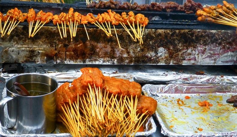 сатай, жареные на шпажках кусочки курицы и говядины в сладком соусе