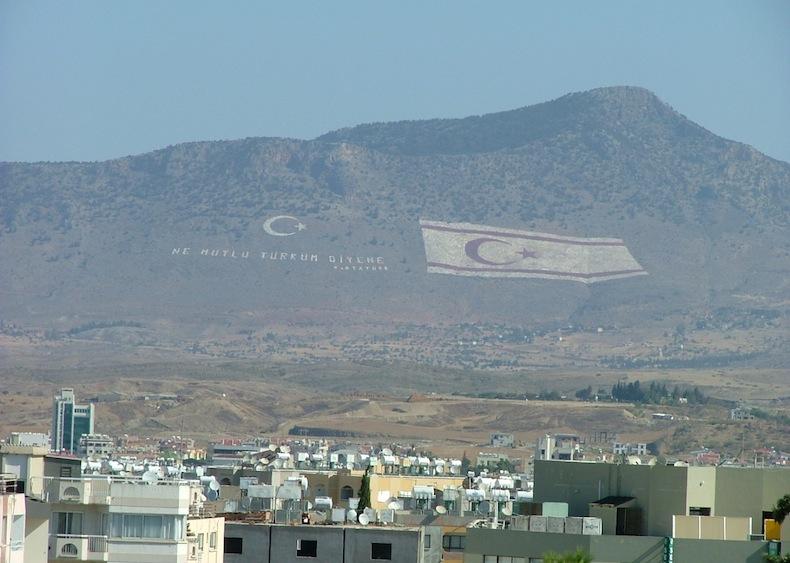 """Слова слева от флага """"Счастлив тот, кто может назвать себя турком» принадлежат первому президенту Турции Мустафе Кемалю Ататюрку, источник фото @wikimedia"""