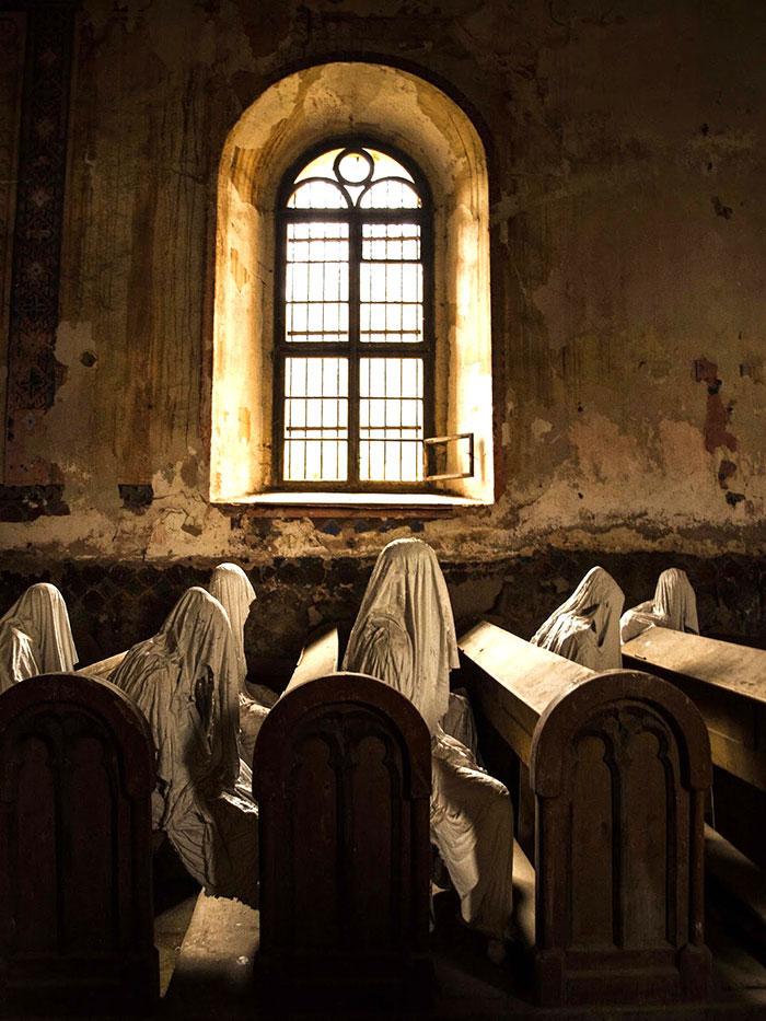 Церковь Святого Георгия в деревне Лукова была построена в 1352 году, до шестидесятых годов прошлого века она была обычной деревенской церковью, каких в Чехии множество, но в 1968 году потолок церкви обвалился прямо во время похорон, местные жители посчитали, что восстанавливать церковь - удовольствие слишком дорогое, и на стояла заброшенной, пока не привлекла внимание художника-скульптора Якуба Хадрава (Jakub Hadrava), и он населил церковь фигурами призраков.