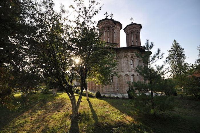 Впрочем, могила Дракулы, в данном случае, тоже весьма условная, ведь согласно другой версии, которую многие историки не без основания считают равнозначной, Цепеш был похоронен в монастыре Комана, что расположен в 30 километрах от Будапешта.