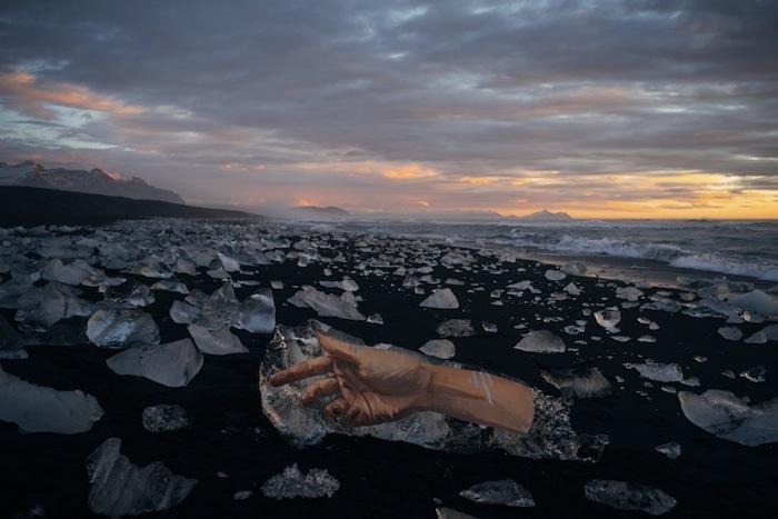 изображение женские руки в арктических льдах