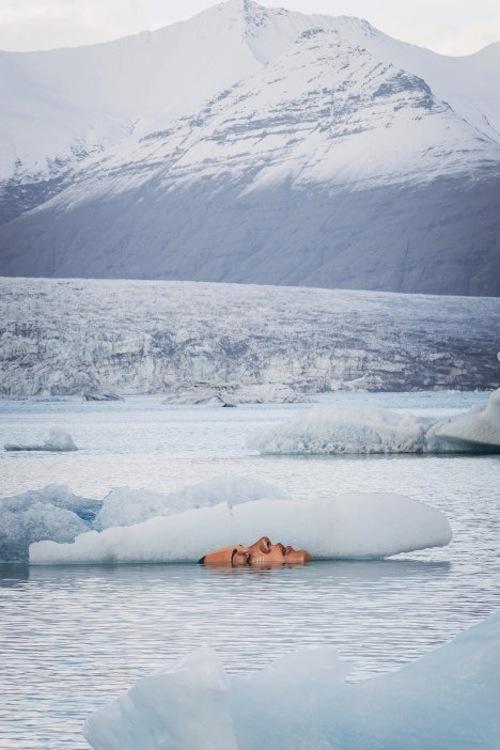 рисунок женского лица на айсберге