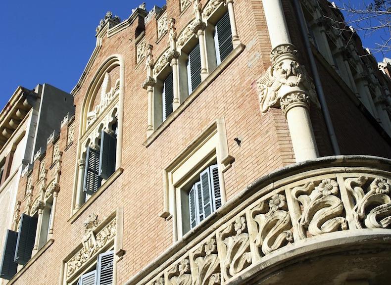 фасад дома Реуса